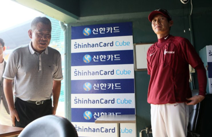 Cho Jong-kyu, the Korea Baseball Organization's umpire-in-chief, apologizes to the Nexen Heroes manager Yeom Kyung-yup, after an umpire's incorrect call hurt the Heroes in a critical loss on Saturday against the LG Twins, at Jamsil Stadium in Seoul, Sunday. There are growing calls to expand instant video review by umpires to minimize wrong decisions. / Yonhap