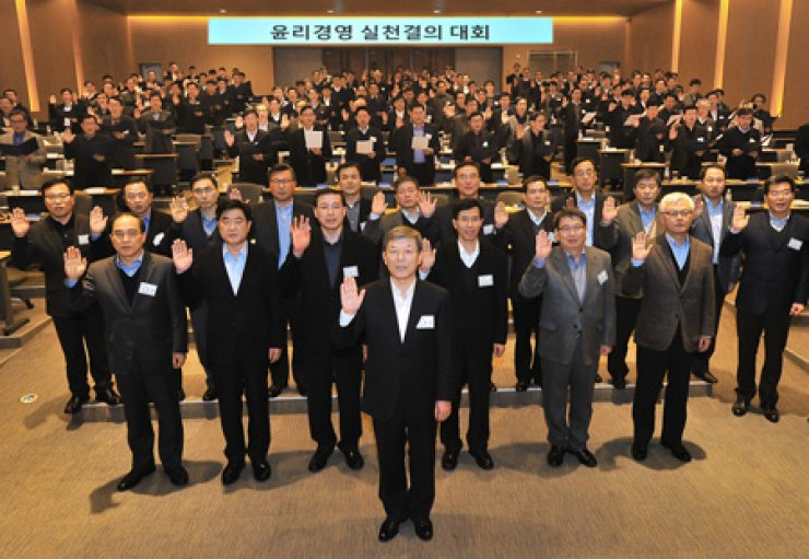 Hyundai Heavy Industries Chairman Lee Jai-seong, center front, and some 150 executives from the shipbuilder's affiliates swear to root out corruption in a meeting held in Ulsan, Saturday. / Courtesy of Hyundai Heavy Industries
