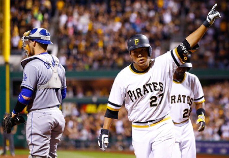 Kang Jung-ho of the Pittsburgh Pirates celebrates his three-run home run in the 7th inning against the Los Angeles Dodgers at PNC Park in Pittsburgh onAugust 9. / AFP-Yonhap