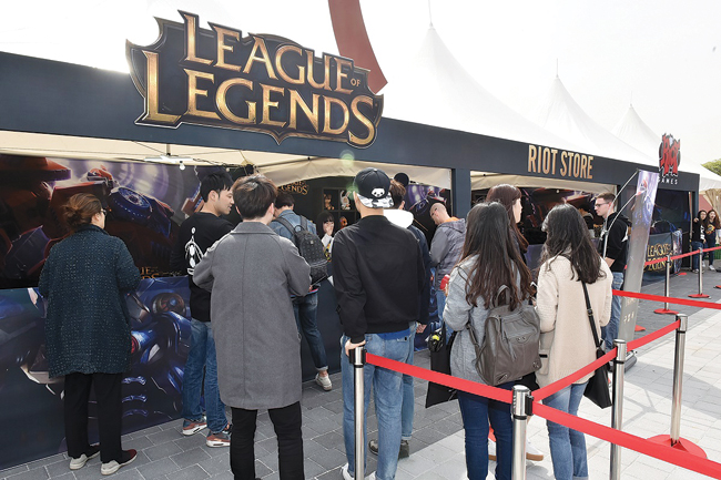 A total of 5,000 spectators pack the Jamsil Indoor Stadium to watch the final match of the online game 'League of Legends' on Aug. 20. / Courtesy of Riot Games