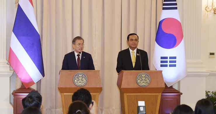President Moon Jae-in, left, and Thai Prime Minister Prayut Chan-o-cha hold a joint press conference after their summit at the Government House of Thailand or Thai Ku Fa in Bangkok, Monday, where the two leaders signed an accord on exchanging and protecting military intelligence as well as five other memoranda of understanding (MOUs) on Industry 4.0, smart cities, Korean-language education, water infrastructure development and railways. Yonhap