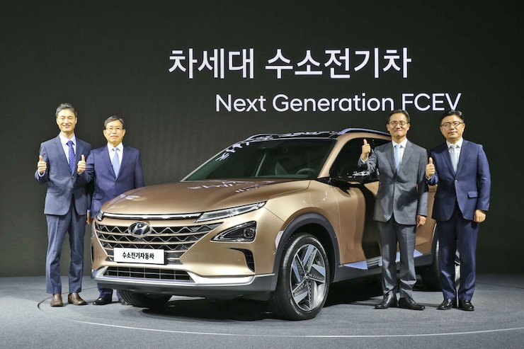 Hyundai Motor executives pose with the company's next-generation fuel cell electric vehicle (FCEV) during an unveiling event at the 63 Convention Center on Yeouido, Seoul, Thursday.