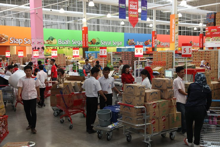 Shoppers wait in lines at Lotte Mart in Bogor, Indonesia. / Yonhap