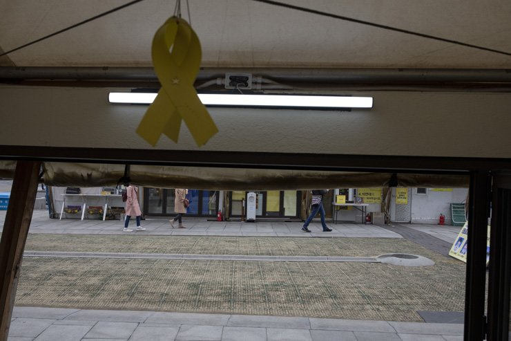 Citizens pass by the Sewol ferry disaster memorial site at Gwanghwamun Square in central Seoul, Tuesday. The tents will be taken down as early as next week and an alternative memorial space will be set up before the fifth anniversary of the disaster on April 16. Korea Times photo by Shim Hyun-chul