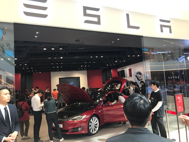 Shoppers visit a Tesla Korea showroom in the Starfield shopping mall in Hanam, Gyeonggi Province, Wednesday. Tesla Korea opened its first showroom at the mega mall on the day to attract motorists and journalists looking for a glimpse of the U.S. electric vehicle maker's luxury sports sedan, the Model S P90D. / Korea Times photo by Jhoo Dong-chan
