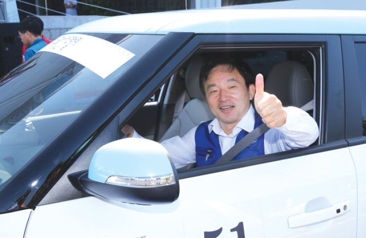 Jeju Special Self-Governing Province Governor Won Hee-ryong poses in an electric vehicle. He has vowed to make Jeju a carbon-free island by 2030. / Courtesy of Jeju Special Self-Governing Province