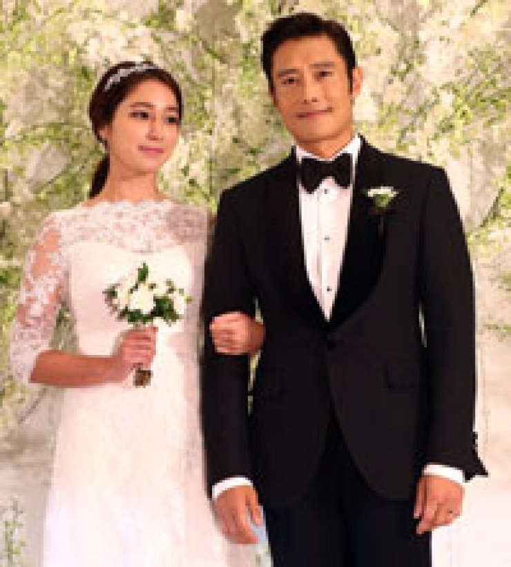 Actor Lee Byung-hun, right, poses with actress Lee Min-jung prior to their wedding ceremony at the Grand Hyatt Seoul, Saturday. / Yonhap