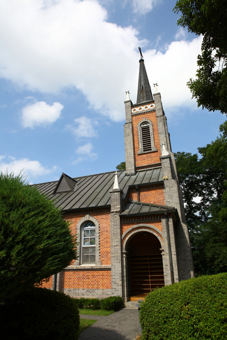 Designed by Father Emile Devies in 1922, Asan's Gongseri Shrine CatholicChurch is the first church in Chungcheong provinces.