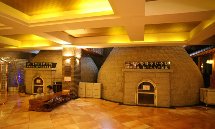 Dragon Hill Spa & Resort's common hall is where people gather to talk and sleep. The two domes are heated rooms, and sweating inside is believed to be good for people's health. / Courtesy of Seoul Metropolitan Government
