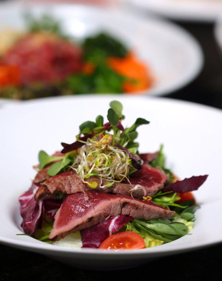 A bowl of spring salad with horse meat tataki / Courtesy of Hyatt Regency Jeju