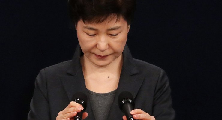 Former President Park Geun-hye announces on Nov. 4, 2016, that she will cooperate with prosecutors in their investigation into allegations about her involvement in a corruption scandal involving her longtime friend Choi Soon-sil. / Korea Times file