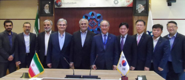 Export-Import Bank of Korea (Korea Eximbank) CEO Lee Duk-hoon, sixth from left, poses with Sayyed Safdar Hosseini, fifth from left, chairman of the National Development Fund of Iran, after signing a memorandum of understanding on cooperation in loans and information exchange at the sovereign wealth fund's office in Tehran, Monday./ Courtesy of Korea Eximbank