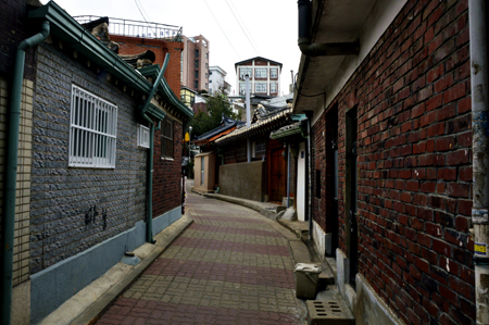 Four different photos of the same location – Daeo Seojeom, the oldest second-hand book store in Seoul – were cut and connected to create this image. / Korea Times photo by Yun Suh-young