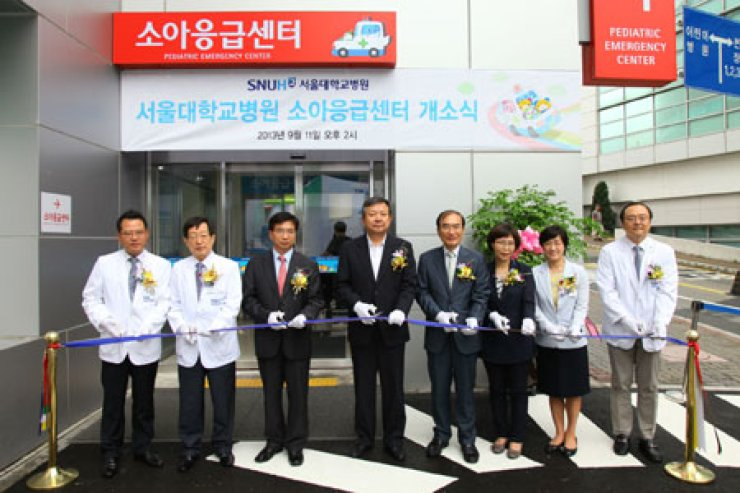 Seoul National University Hospital President & CEO Oh Byung-hee, fourth from left, poses with medical staff of the hospital and guests at the opening ceremony of an emergency center for children, at the Children'sHospital building in the hospital complex in downtown Seoul, Wednesday./ Courtesy of Seoul National University Hospital