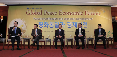 Chairman of the Global Peace Foundation (GPF) Moon Hyun-jin, seventh from left in front row, waves alongside religious and academic leaders and politicians during an Action for Korea United Leaders Assembly 2015 gathering at the 63 building in Yeouido, Seoul, Oct. 8. From left are Kseung Construction Energy Co. Chairman Ryu Hyun-jin, New Politics Alliance for Democracy floor leader Rep. Lee Jong-kul; leader of Chondogyo Park Nam-soo; Rev. Youngdam, co-chairman of the organizing committee for the event; and Kim Moon-kee, honorary chairman of the organizing committee and the founder of Sangji University. / Courtesy of GPF