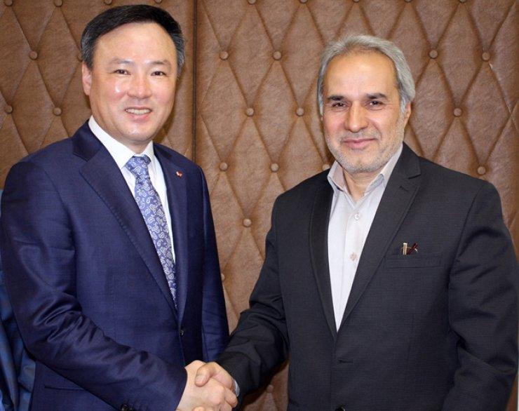 SK Telecom CEO Jang Dong-hyun, left, poses with Iran's Vice Minister of Energy Hoshang Falahatian after signing a partnership on Internet of Things (IoT) businesses, in Tehran, Monday. / Courtesy of SK Telecom