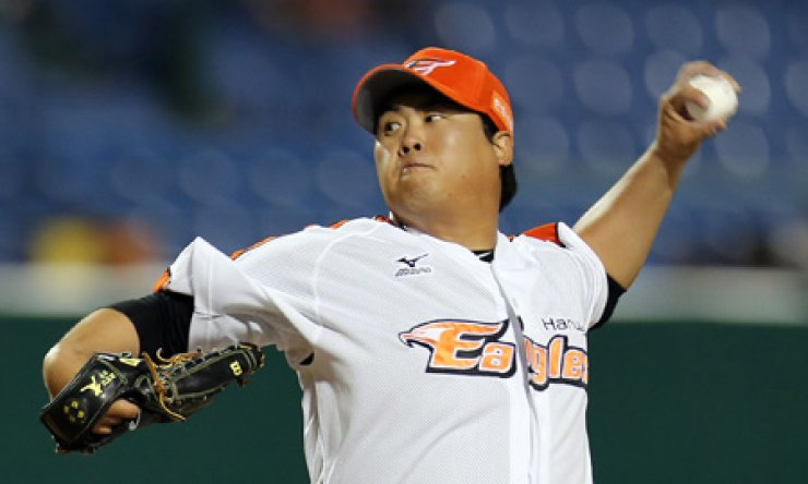 Hanwha Eagles starter Ryu Hyun-jin has attracted interest from many clubs in Major League Baseball since the 2008 Beijing Olympic gold medalist was posted on Nov. 2. The bidding will close on Friday at 7 a.m. / Yonhap