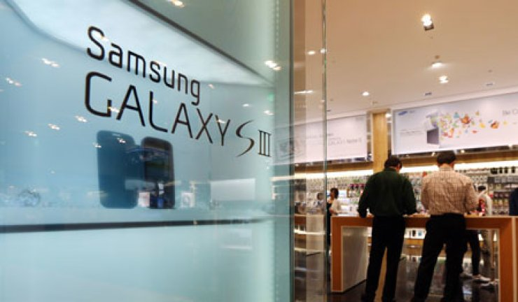 Consumers look at Samsung Electronics' devices at its D'light Shop in Gangnam, Seoul.
