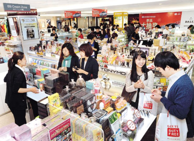 A Lotte Duty Free shop in Jamsil, southern Seoul, is crowded with shoppers.                                                                                                                          / Korea Times