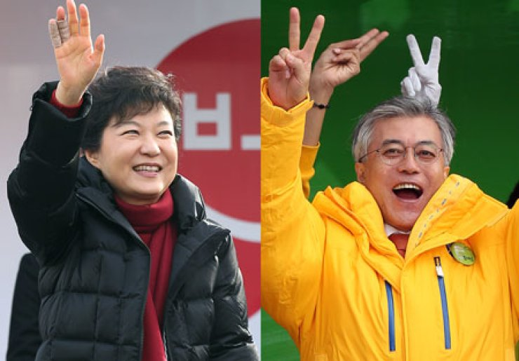 Park Geun-hye, left, presidential candidate of the ruling Saenuri Party, and her rival Moon Jae-in of the main opposition Democratic United Party wave their hands to their cheering supporters during rallies in Dangjin, and Daejeon, South Chungcheong Province, respectively, Wednesday.  / Yonhap