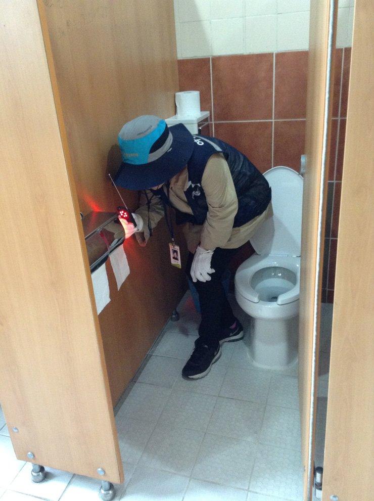 A glimpse into Seoul's hidden camera hunters