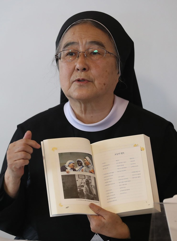 Sister Lee Hae-in, 72, a Catholic nun and poet, speaks during a media conference for her new book 'Happiness of Waiting,' at the Benedict Home of Grace in Yongsan, Seoul, Tuesday. / Yonhap