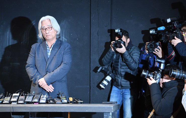 Theatrical director Lee Youn-taek apologizes for his acts of sexual harassment, which he admitted went on for 18 years. He made the apology during a press conference at 30 Studio in Jongno-gu, Seoul, on Feb. 19. /Korea Times photo by Shin Sang-soon