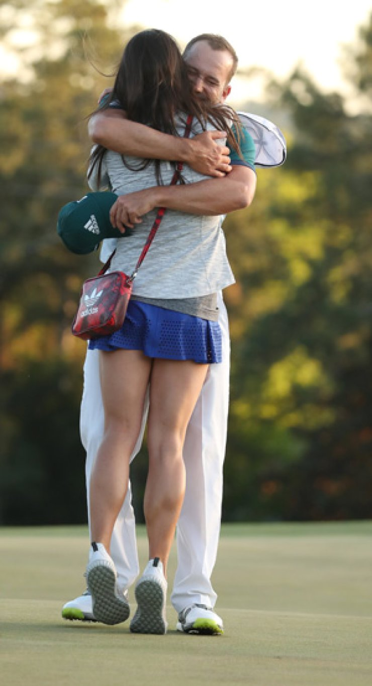 Sergio Garcia reacts wiith fiance Angela Akins, left, after winning the Masters in a sudden death playoff over Justin Rose during the final round of the 2017 Masters Tournament at the Augusta National Golf Club in Augusta, Ga., Sunday. / EPA-Yonhap