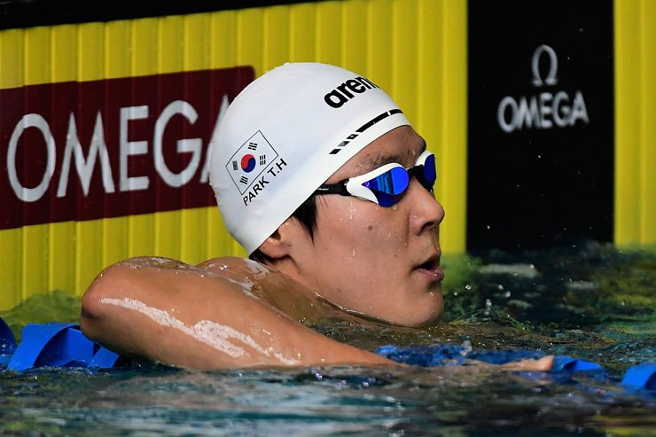 Park Tae-hwan checks the scoreboard following his preliminary heat of the Men's 400m Freestyle during day two of the Arena Pro Swim Series swim meet at the Georgia Tech McAuley Aquatic Center in Atlanta, Georgia, Friday.  / AFP-Yonhap
