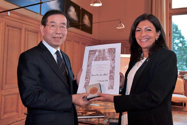 Seoul Mayor Park Won-soon, left, and Paris Mayor Anne Hidalgo with Grand Vermeil medal/ Courtesy of Seoul Metropolitan Government