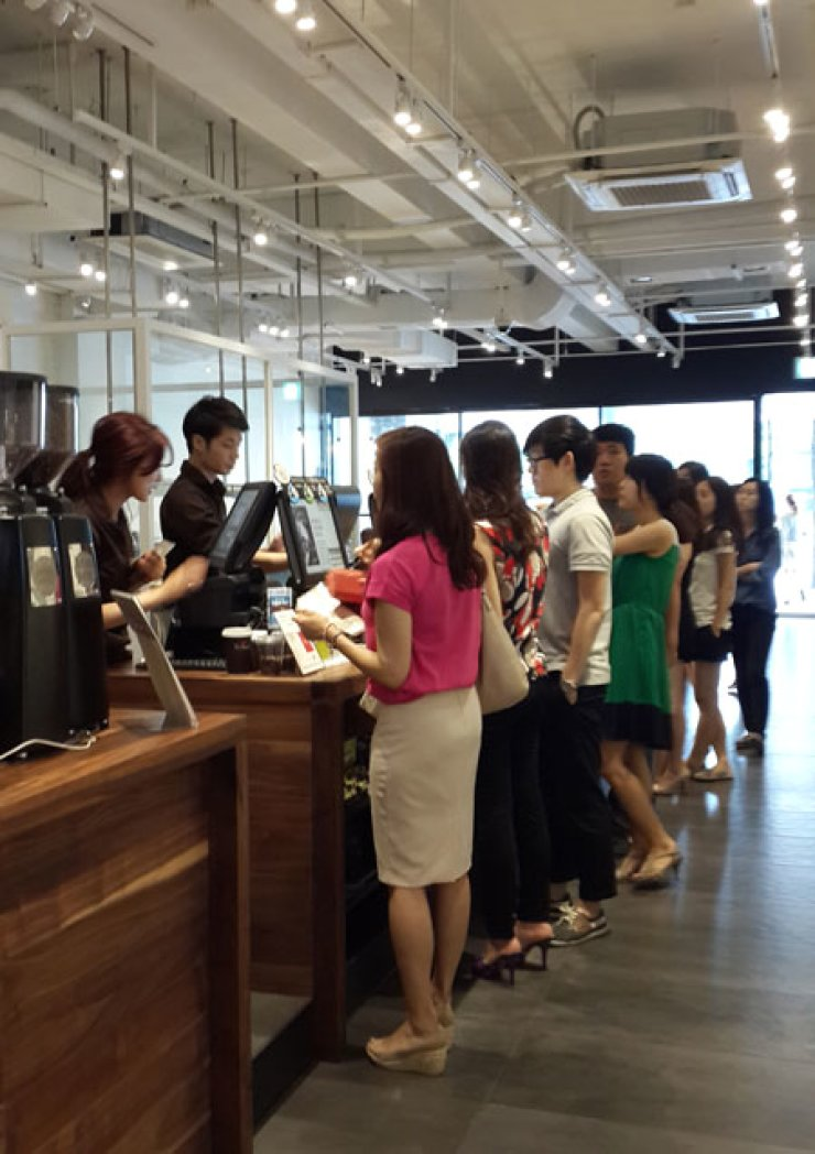 People are waiting in line to take out coffee at a Paul Bassett coffee chain store in the Koreana Hotel building in downtown Seoul around lunch time, Friday. / Korea Times photo by Choi Kyong-ae