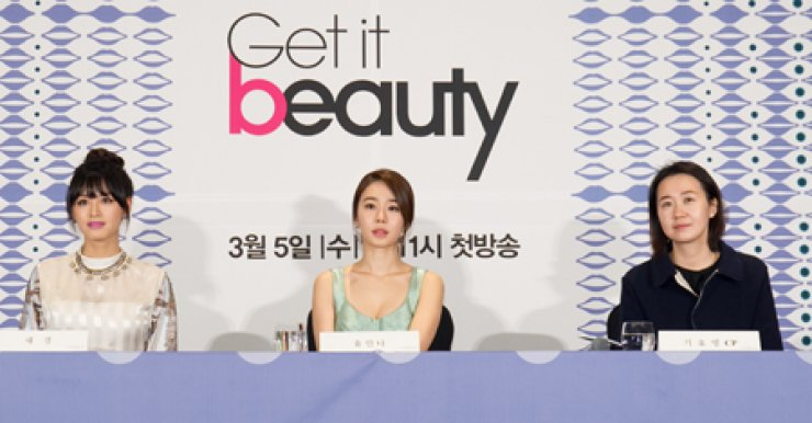 Yoo In-na, center, listens to questions from the press about starting a new tenure at the 'Get it Beauty,' a beauty talk show launched in 2010 and has since grown into an influential guide on beauty tips. Yoo is joined by Jae-gyeong, left, a member of the girl group Rainbow who will support her in the upcoming episodes and chief producer Ki Ho-yeong. / Courtesy of OnStyle
