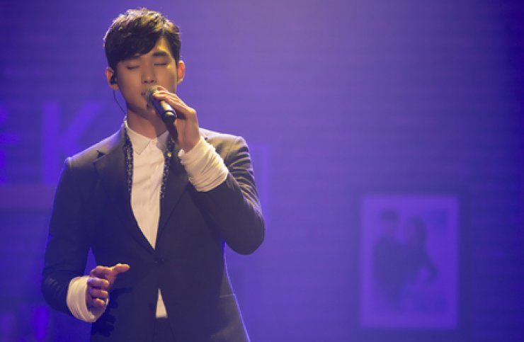 Actor Kim Soo-hyun of the drama 'My Love From the Star' sings during a fan meeting on March 16 in Seoul. He will tour Asian countries through May to meet his overseas fans. / Korea Times file