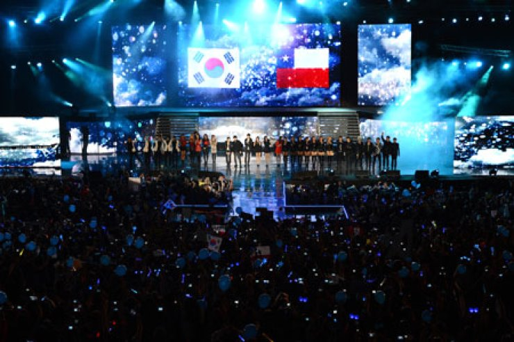 K-pop artists line up on stage at a special 'Music Bank' program that was held in Chile last November in this file photo. The popular music program has been hosting more overseas editions since the growth in the popularity of K-pop. / Korea Times file