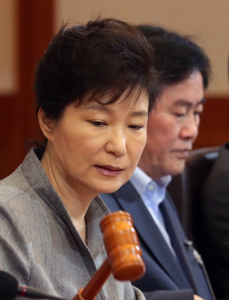 President Park Geun-hye bangs a gavel to start a Cabinet meeting at the presidential office in Seoul, Sept. 16. Her Cabinet members recently hinted the President may pardon jailed tycoons to help reinvigorate the sagging economy. / Yonhap