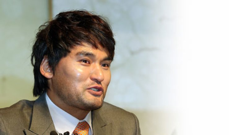 Park Chan-ho speaks during a press conference in Seoul to announce his retirement from baseball, Friday.                                                                / Yonhap