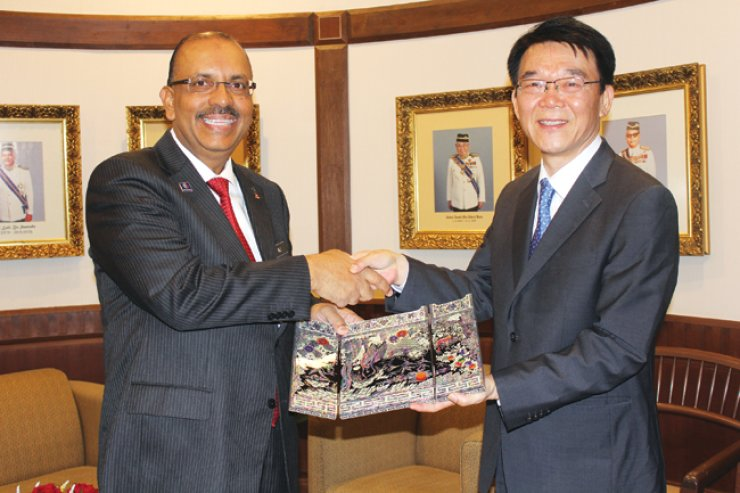Korea's Land, Infrastructure and Transport Minister Kang Ho-in, right, shakes hands with Tan Sri Dr. Ali bin Hamsa, the chief secretary to the government of Malaysia and chairman of MyHSR (High Speed Rail) in Kuala Lumpur, Malaysia, June 15, after having talks over the Malaysia-Singapore high-speed railway project. / Courtesy of the Ministry of Land, Infrastructure and Transport