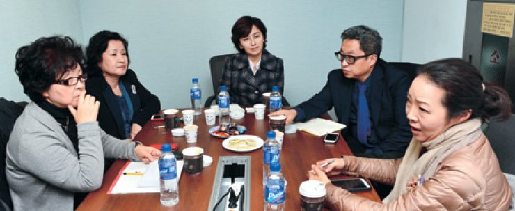 Five Korean food experts discuss Korean food in a roundtable discussionheld at The Korea Times office in Seoul in December. From left are Han Bok-ryeo, royal cuisine expert; Chung Hae-kyung, professor at Hoseo University; Choi Ji-a, president of O'ngo Food Communications; Choi Sung-woo, president of Metalogue; and Han Yoon-ju, CEO of Congdu F&C./ Korea Times photo by Shim Hyun-chul