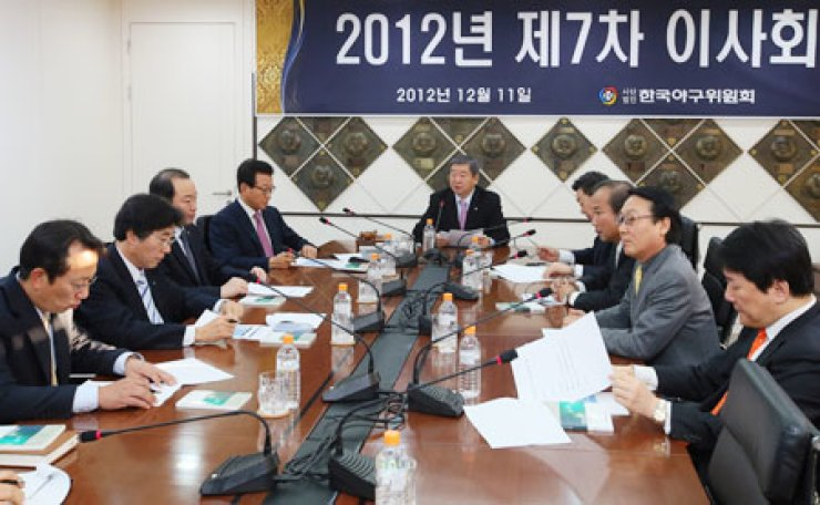 KBO Commissioner Koo Bon-neung, center, and the presidents of eight baseball teams meet at the KBO's headquarters in Seoul, Tuesday, where they agreed to the forming of a 10th professional club.                                                            /  Yonhap