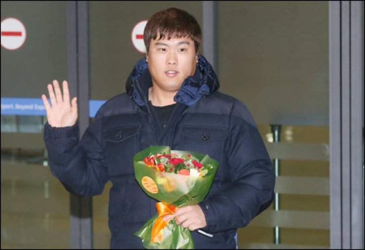 Los Angeles Dodgers pitcher Ryu Hyun-jin poses on his arrival at Incheon International Airport, Thursday. Ryu said that he will soon come up with a decision on whether to pitch in the upcoming World Baseball Classic in March. / Yonhap
