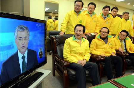 Members of the ruling Saenuri Party, including Kim Moo-sung, second from left, who chairs the party's election strategy office, watch the TV debate between its presidential candidate Park Geun-hye and Moon Jae-in of the main opposition Democratic United Party.                                                 / Yonhap