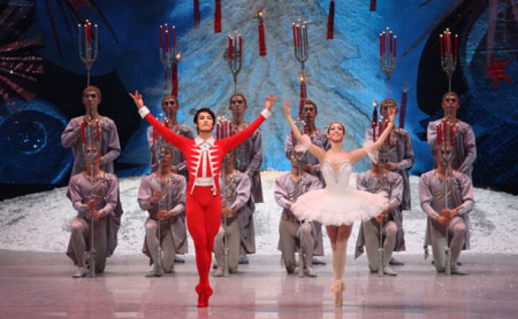 A scene from 'The Nutcracker' in 2009 featuring Jung Young-jae, left, and Kim Li-hoe of Korean National Ballet.                                     / Courtesy of Korean National Ballet and Universal Ballet