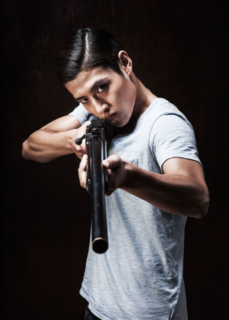 Kang Ha-neul plays the Balladeer and Lee Harvey Oswald in ongoing Sondheim musical 'Assassins' at Yonkang Hall of Doosan Art Center. The show runs through Feb. 3.                                         / Courtesy of Sem Company