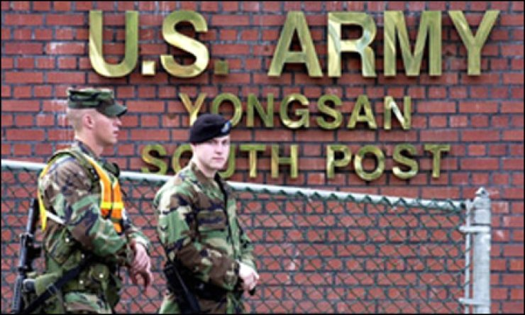 Two soldiers stand guard in front of the South Post of the United States Army base in Yongsan, Seoul. / Yonhap