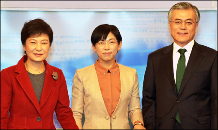 Saenuri Party presidential candidate Park Geun-hye, left, poses with Unified Progressive Party (UPP) nominee Lee Jung-hee, center, and Democratic United Party (DUP) contender Moon Jae-in ahead of their presidential debate Monday night. / Yonhap