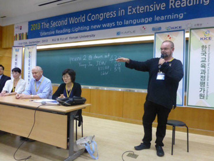 Marc Helgesen, right, chair of the Extensive Reading Foundation and a professor at Miyagi Gakuin Women's University, hosts a discussion with other professors during the Second World Congress in Extensive Reading at Yonsei University in Seoul, Sept. 13. / Courtesy of the Extensive Reading Foundation
