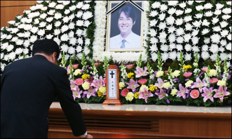 A mourner pays tribute to the late Cho Sung-min, a former baseball player and ex-husband of the late actress Choi Jin-sil in a funeral hall at Korea University Anam Hospital in Seoul, Sunday. / Yonhap