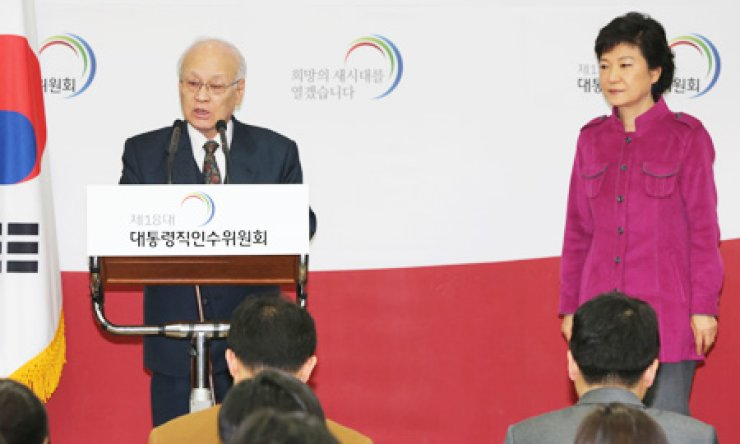 Kim Yong-joon, left, nominee for prime minister, speaks at a press conference at the Korea Banking Institute building in Samcheong-dong, Seoul, while President-elect Park Geun-hye looks on.                                                                          / Korea Times photo by Sohn Yong-suk