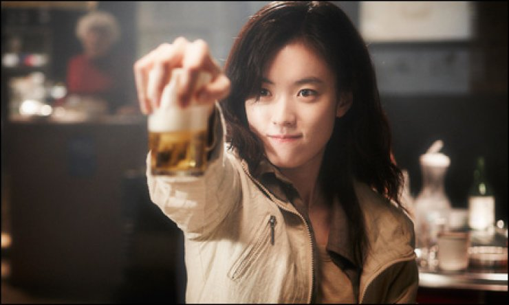 Actress Han Hyo-joo 'manufactures' the hurricane soju and beer cocktail in the movie 'Bandage.' / Courtesy of Bandage