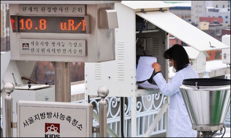 An official from the Korea Institute of Nuclear Safety (KINS) checks the level of radiation contamination at the KINS monitoring station in Haengdang-dong, Seoul, Wednesday, following North Korea's third nuclear test. The figure shows the level is staying within the normal range of 5 to 10 micro Roentgen per hour. / Korea Times photo by Kim Joo-young